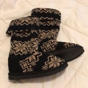 Women's Size 7 Snuggle Faux Fur lines boots